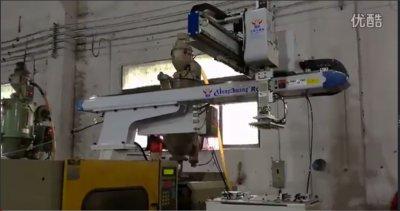 雄创机械手自动化包扣组装案例