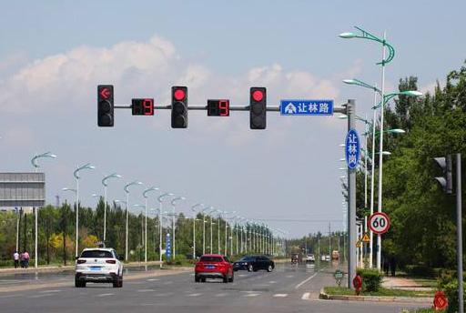 开车遇到红绿灯怎么巧妙的停车和起步?