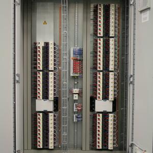 +M02 Leistungsschrank 1