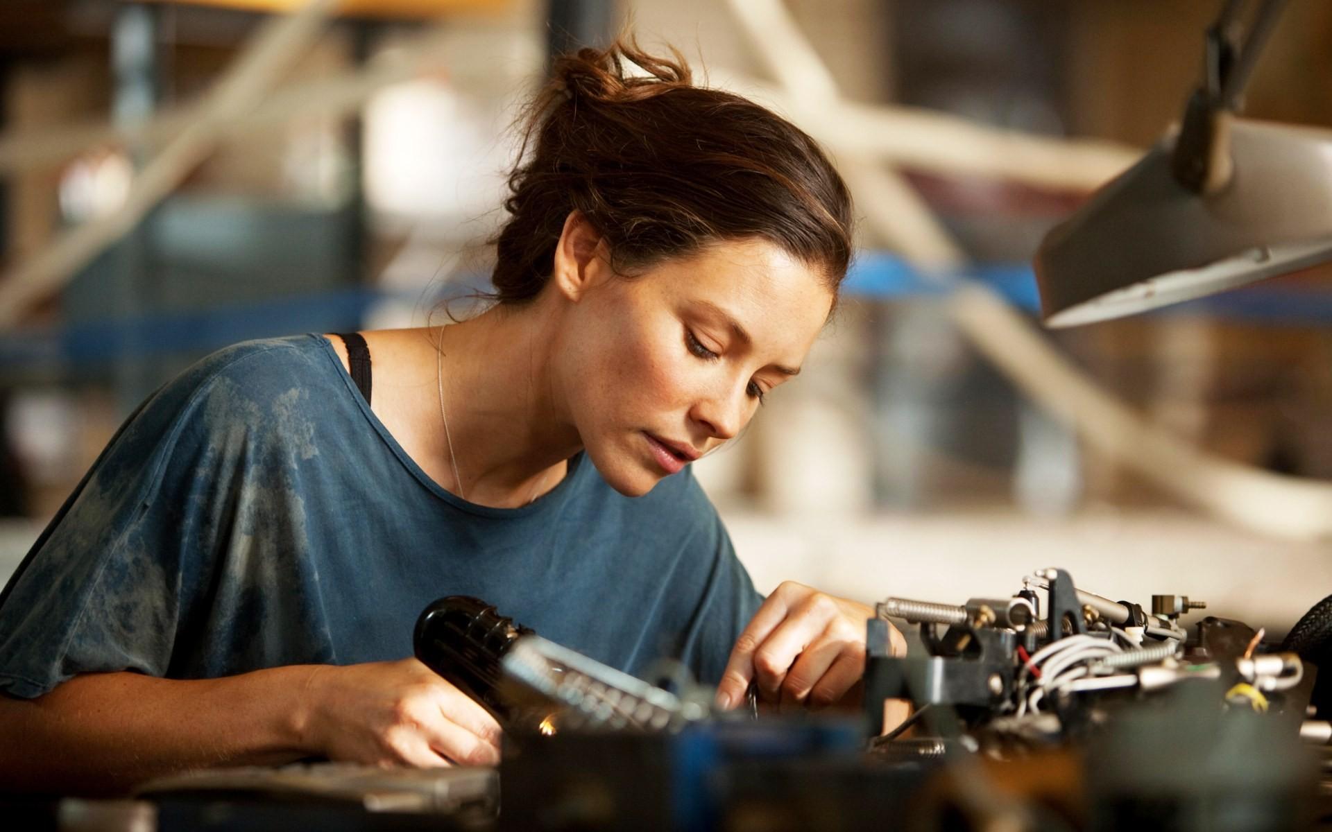 普通铣削加工采用低的进给速度和大的切削参数,而高速铣削加工则采用高的进给速度和小的切削参数