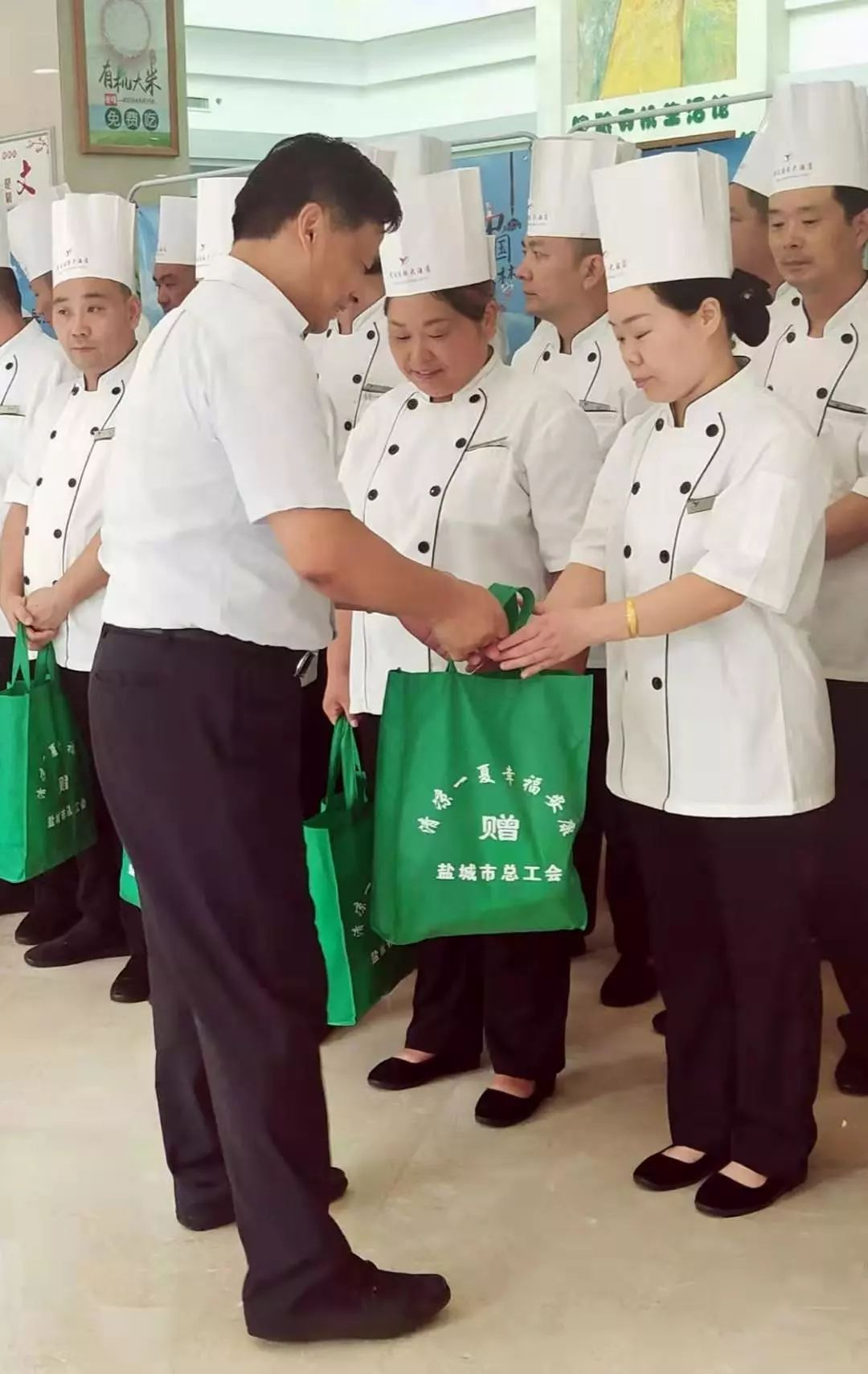 """市总工会领导到酒店慰问高温下工作的厨师们,开展""""三送""""活动"""